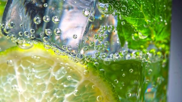 Koktajl mojito, zdjęcia makro, koktajl, fantazyjne, mięta, mojito, napój z lodem, orzeźwiający, rum, alkohol, highball, cukier, limonka, liść, świeży, zielony, serwujący, serwis, przemysł, napoje,