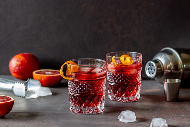 Koktajl negroni. gorzki, dżin, wermut, lód. bar. przepisy napoje alkoholowe.
