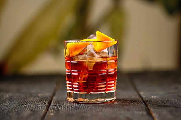 Koktajl negroni z ginem w staromodnym szkle