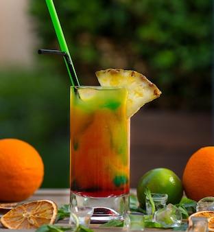 Koktajl owocowy z sokiem pomarańczowym, limonkowym i ananasowym.