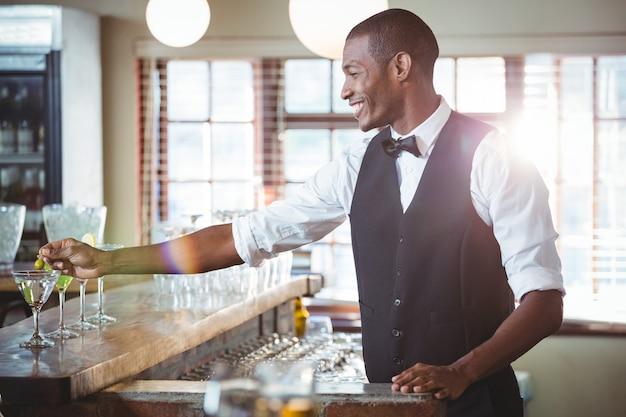 Koktajl ozdabiający barman z oliwką