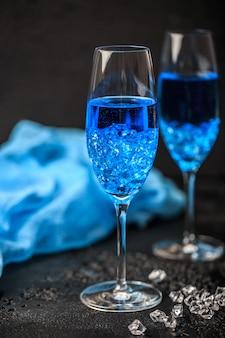 Koktajl szkła z blue hawaii. niebieski hawajski koktajl alkoholowy
