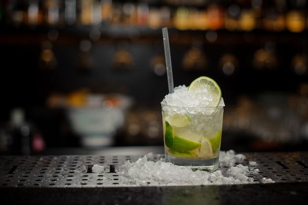 Koktajl szklany wypełniony świeżym i chłodnym koktajlem caipirinha