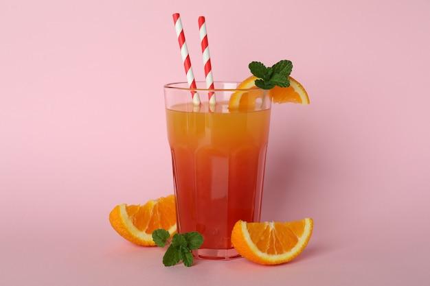 Koktajl tequila sunrise i składniki na różowym tle