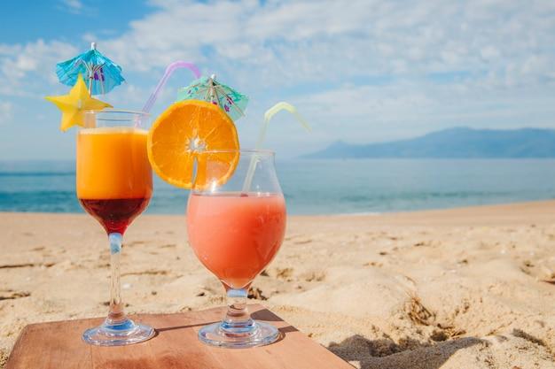 Koktajl tropikalny podany na plaży