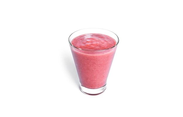Koktajl truskawkowy na białym tle. szklanka z różowym smoothie.