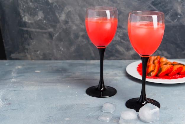 Koktajl truskawkowy na romantyczną scenę z bliska