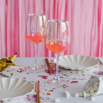 Koktajl w okularach. elegancki świąteczny stół w jasnych kolorach. ślub, urodziny, chrzciny, dekoracje na przyjęcia dla dziewczynek.
