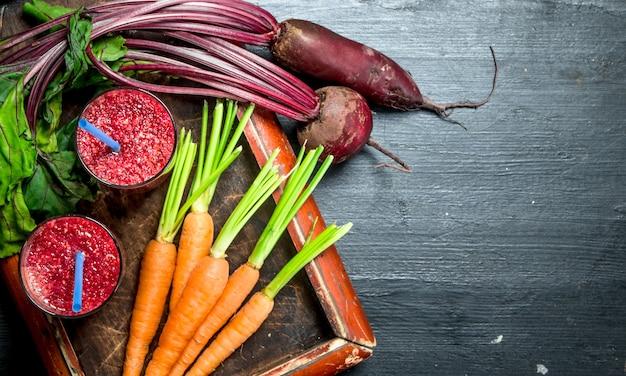 Koktajl warzywny z burakami i marchewką na czarnym tle