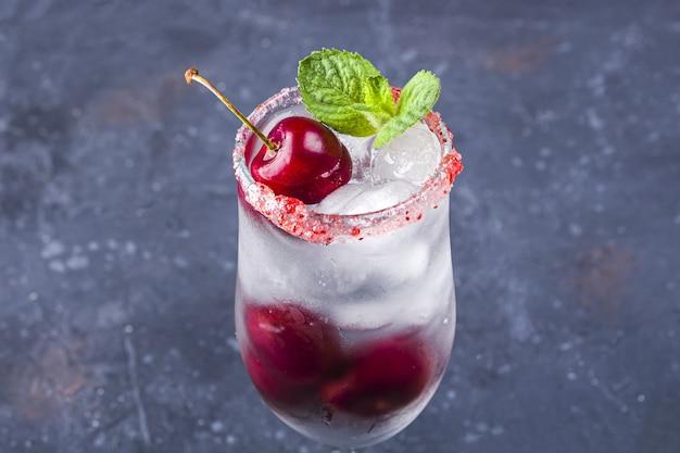 Koktajl wiśniowy. czekoladowo-wiśniowe martini pijany wiśniowy poncz.