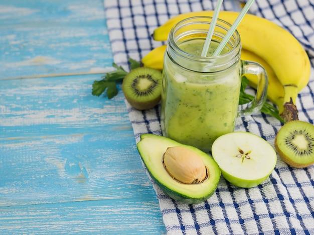 Koktajl z awokado z pokrojonymi owocami jabłka, kiwi i awokado. dieta wegetariańska. surowe jedzenie.