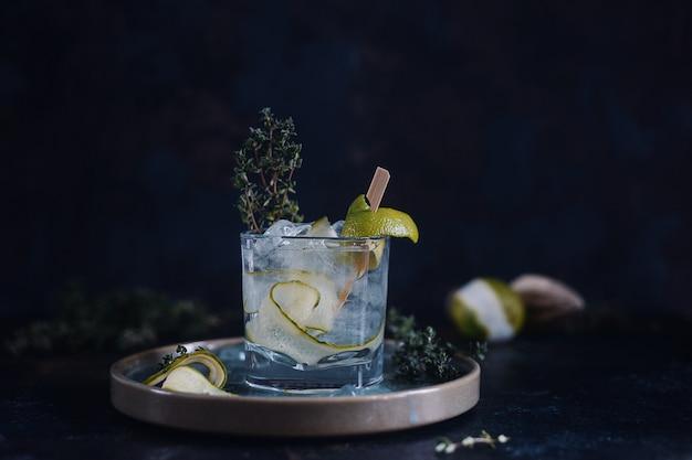 Koktajl z limonki i świeżej mięty z sokiem