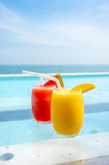 Koktajl z mango i arbuz koktajl z tłem basen i morze plaża