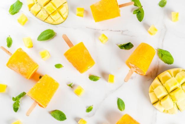 Koktajl z mrożonego mango, z liśćmi mięty i świeżymi owocami mango