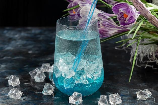 Koktajl z niebieskim alkoholem i lodem.