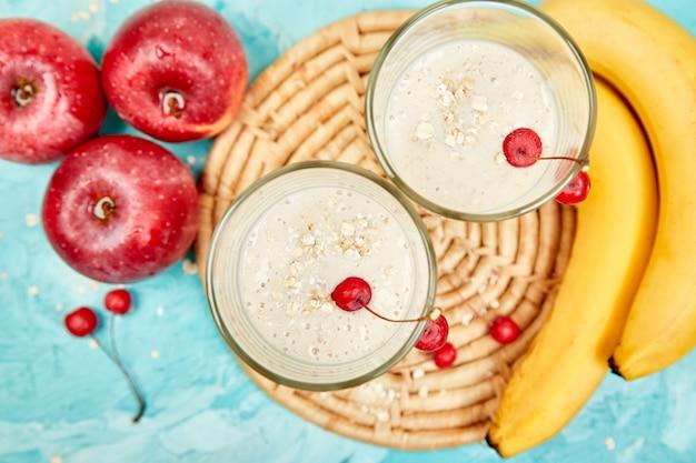 Koktajl z owsa lub płatków owsianych, banana i czerwonych jabłek