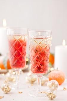 Koktajl z szampanem. obchody świąt bożego narodzenia i nowego roku