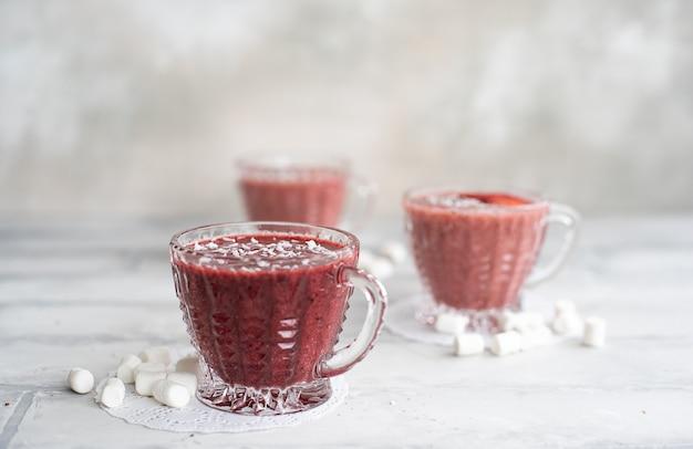 Koktajl z truskawek i jagód jeżynowych
