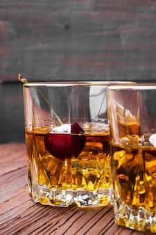 Koktajl z whisky z wiśnią w dwóch szklankach