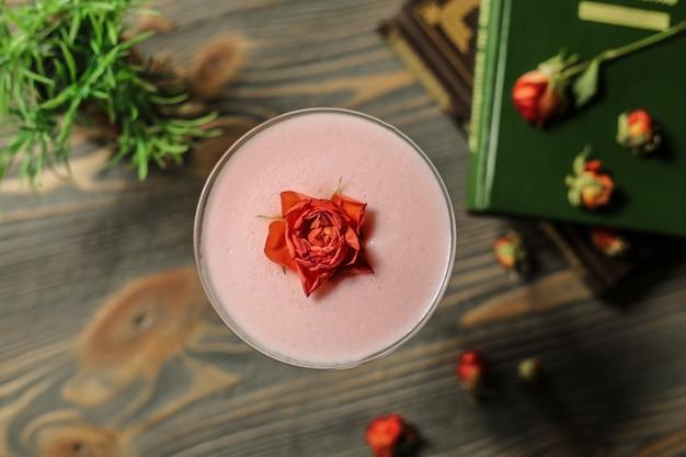 Koktajl z widokiem z góry z różą w szklance
