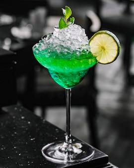 Koktajl zielona wróżka tequila wódki likier absynt wapno widok z boku