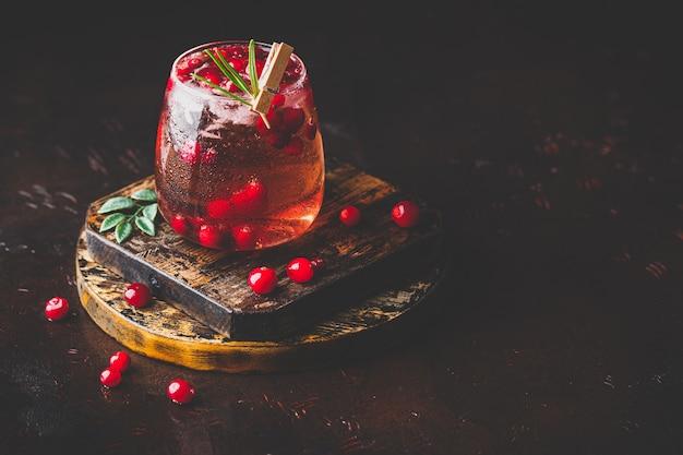 Koktajl żurawinowy z rozmarynem i lodem w szkle