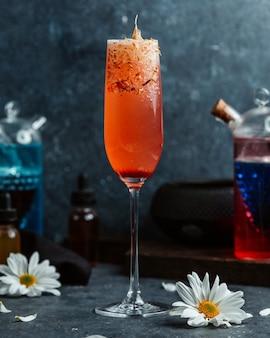 Koktajle alkoholowe z pomarańczą i stokrotką