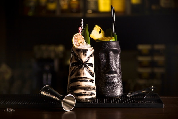 Koktajle do picia tiki. tropikalne koktajle tiki w barze.