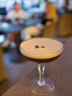 Koktajle espresso martini przyozdobione ziarnami kawy.