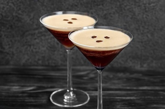 Koktajle espresso martini przyprawione ziarnami kawy
