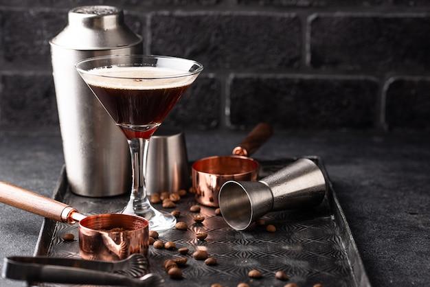 Koktajle espresso martini z ziarnami kawy