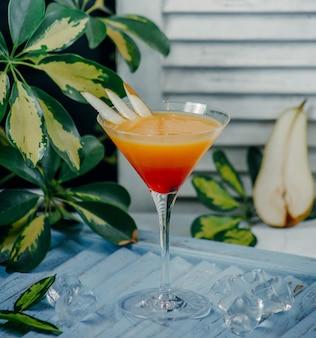 Koktajle gruszkowe w szklance martini z plastrami gruszki