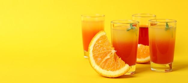 Koktajle i składniki tequili sunrise na żółtym tle