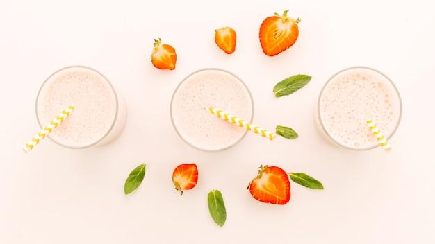 Koktajle mleczne z pół truskawkami i miętą