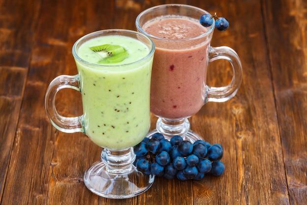 Koktajle mleczne z winogron i owoców kiwi w szklance