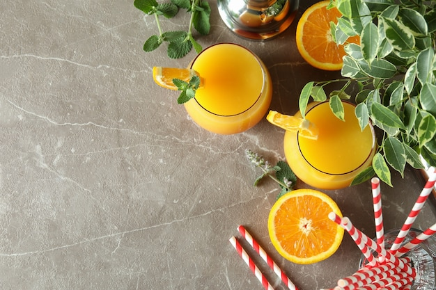 Koktajle tequila sunrise na szarym teksturowanym stole