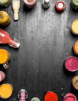Koktajle warzywne, owocowe i jagodowe. na czarnym tle