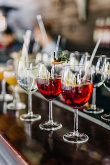 Koktajle z czerwonego wina sangria na ladzie barowej