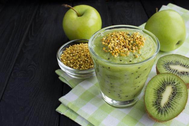 Koktajle z kiwi, zielonymi jabłkami i pyłkiem pszczelim