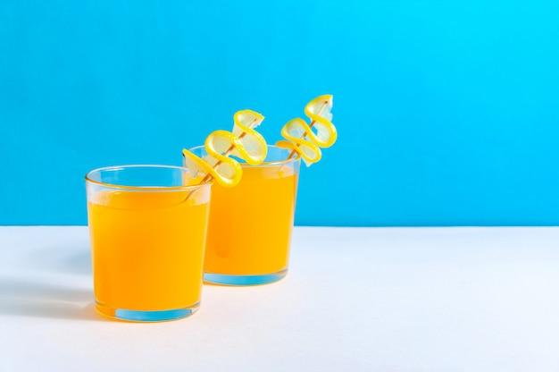 Koktajle z sokiem pomarańczowym. orzeźwiający letni napój.