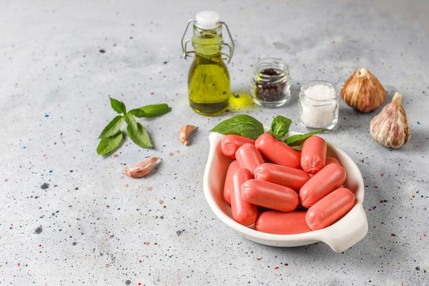 Koktajlowe kiełbaski drobiowo-wołowe.
