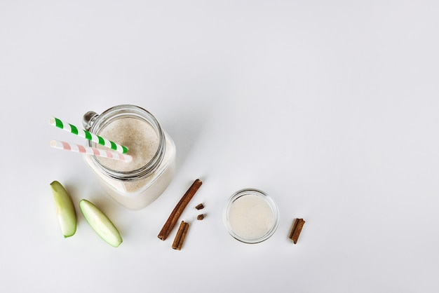 Koktajlowy koktajl białkowy z jabłkowym cynamonem w szklanym funkcjonalnym pożywieniu