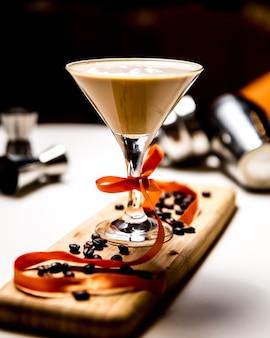 Koktajlu baileys whisky trunek w szklanym bocznym widoku