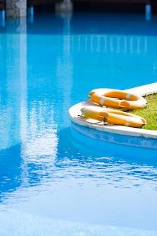 Koła ratunkowe przy odkrytym basenie w luksusowym hotelu. pojęcie kryzysu biznesu turystycznego w pandemii. brak turystów