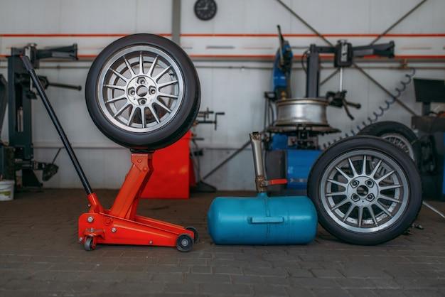 Koła samochodowe, maszyna do montażu opon, klucz pneumatyczny