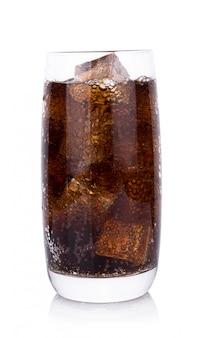 Kola w szkle z kostkami lodu na białym tle