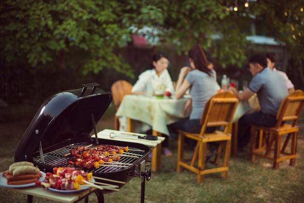 Kolacja, grill i pieczeń wieprzowa w nocy
