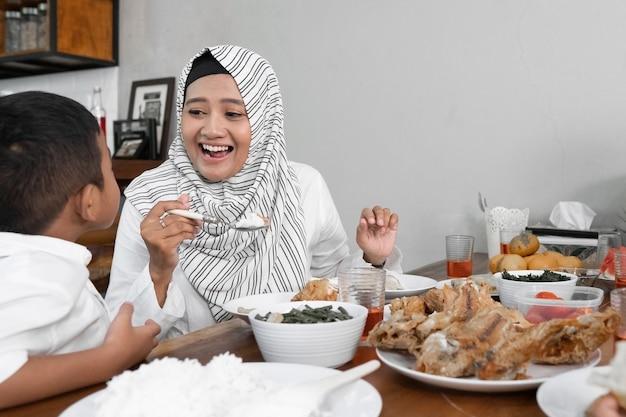 Kolacja iftar na ramadanie