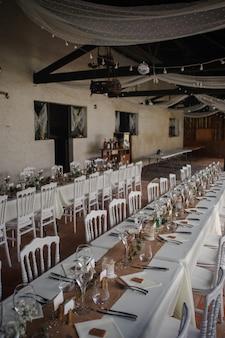 Kolacja na świeżym powietrzu na weselu z dekoracją domowych dodatków