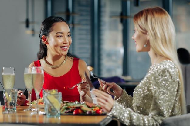 Kolacja przed świętami dwie siostry jedzą świąteczną pyszną kolację przed świętami w miłej restauracji in
